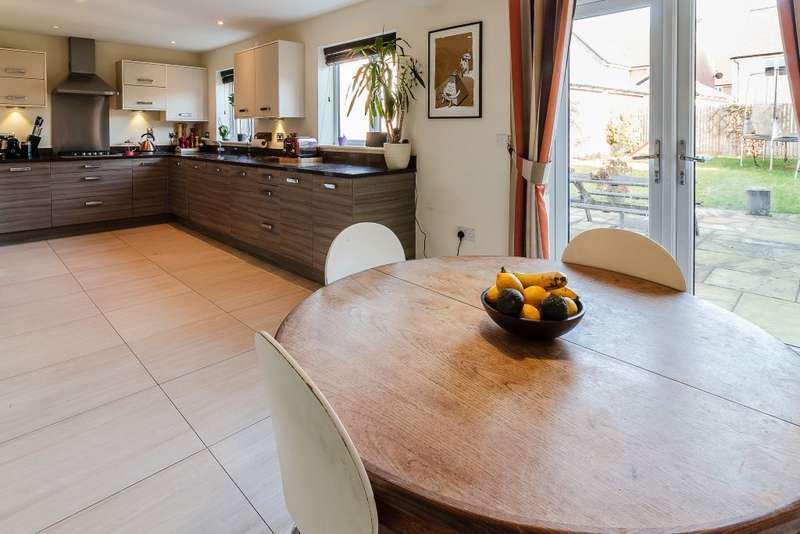 4 Bedrooms Detached House for sale in Wright Close, Bushey, Hertfordshire, WD23 2FH