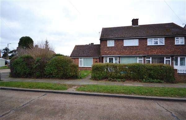 3 Bedrooms Semi Detached House for sale in Oxford Avenue, Chadwell St Mary