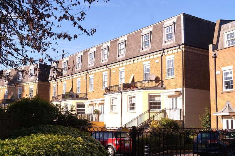 4 Bedrooms Town House for sale in Haines Court, Weybridge KT13