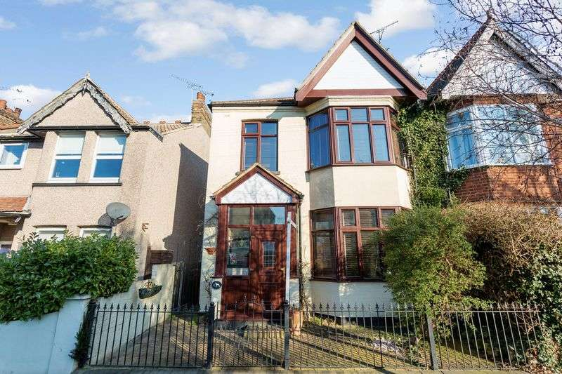 4 Bedrooms Semi Detached House for sale in Southborough Drive, Westcliff-On-Sea