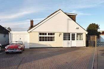 4 Bedrooms Bungalow for sale in Armstrong Close, Waterlooville, Hampshire, PO7 6AY