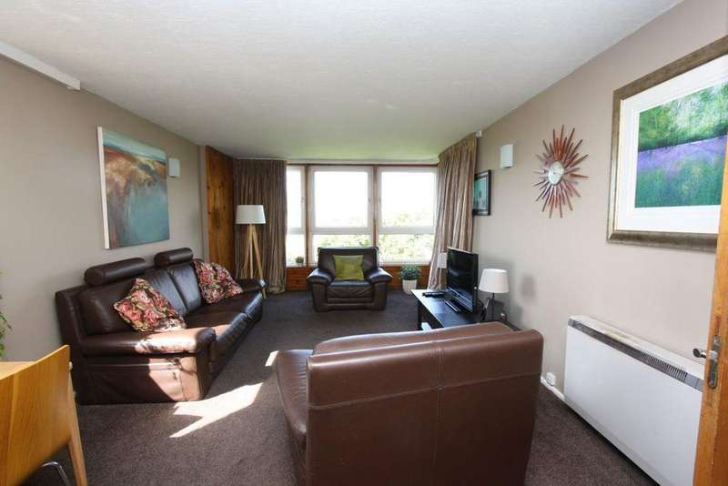2 Bedrooms Flat for rent in Balgray Court, Cleveden Dr, G12