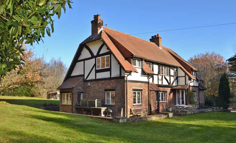 3 Bedrooms Detached House for sale in Guildford Road, Clemsfold, West Sussex, RH12