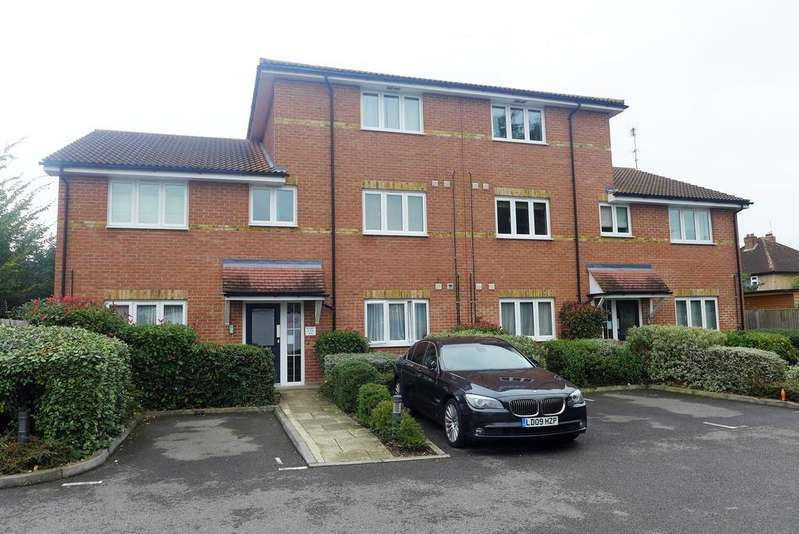 2 Bedrooms Flat for sale in Crescott Hall, Ryland Close, Feltham