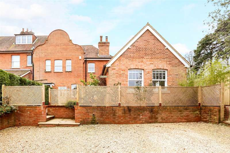 3 Bedrooms Semi Detached House for sale in Knoll Road, Fleet, Hampshire, GU51
