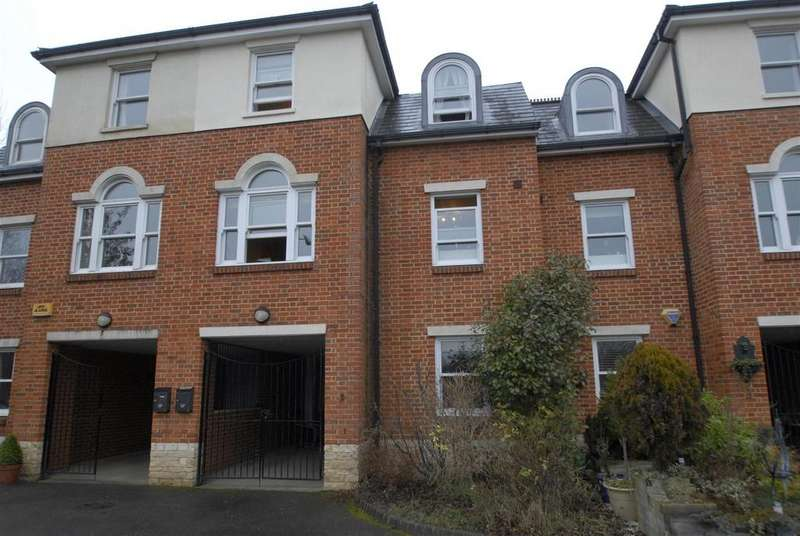 4 Bedrooms Town House for sale in Sandmartin Close, Buckingham