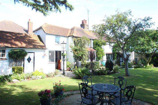 3 Bedrooms Detached House for sale in Appleacre, Ashacre Lane, Worthing, West Sussex, BN13 2DE