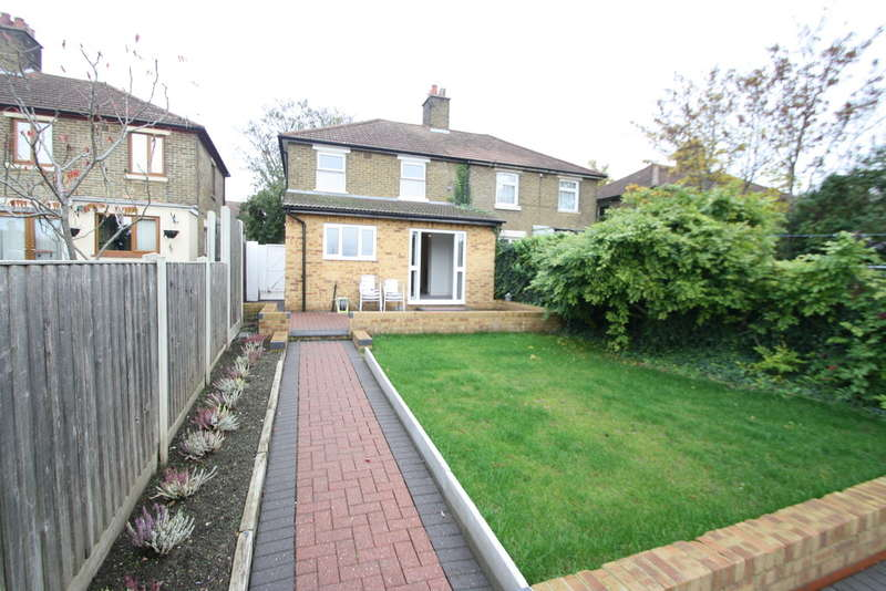 3 Bedrooms Semi Detached House for sale in Hall Road, Aveley Village