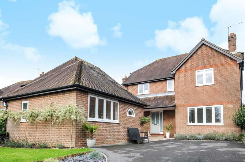 4 Bedrooms Detached House for sale in Love Lane, Petersfield, GU31