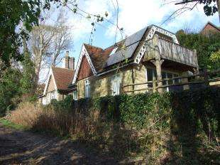3 Bedrooms Detached House for sale in St. Helens Park Road, Hastings, East Sussex