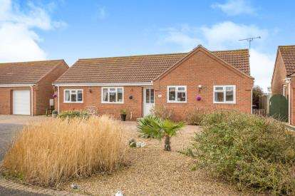3 Bedrooms Bungalow for sale in Poplar Drive, Walcott, Norwich