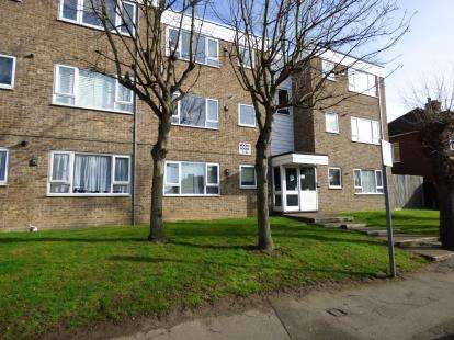 2 Bedrooms Flat for sale in Globe Road, Hornchurch, Essex