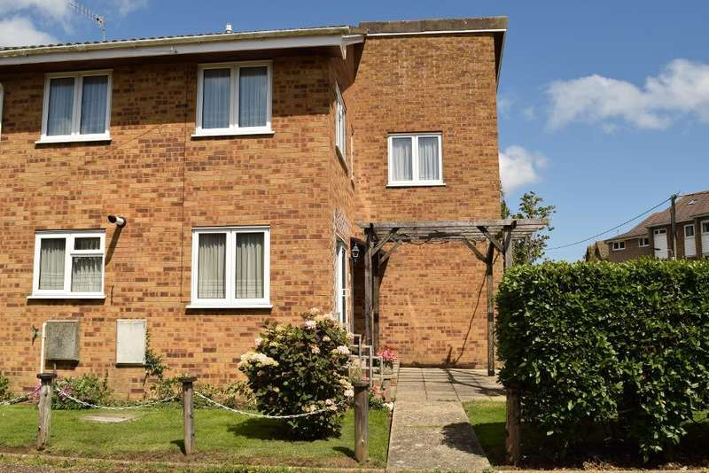 3 Bedrooms Semi Detached House for sale in Dove Close, St Helens, Isle of Wight, PO33 1TQ