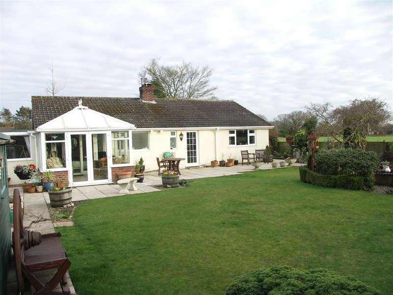 3 Bedrooms Bungalow for sale in Hickling, Norwich, Norfolk, NR12