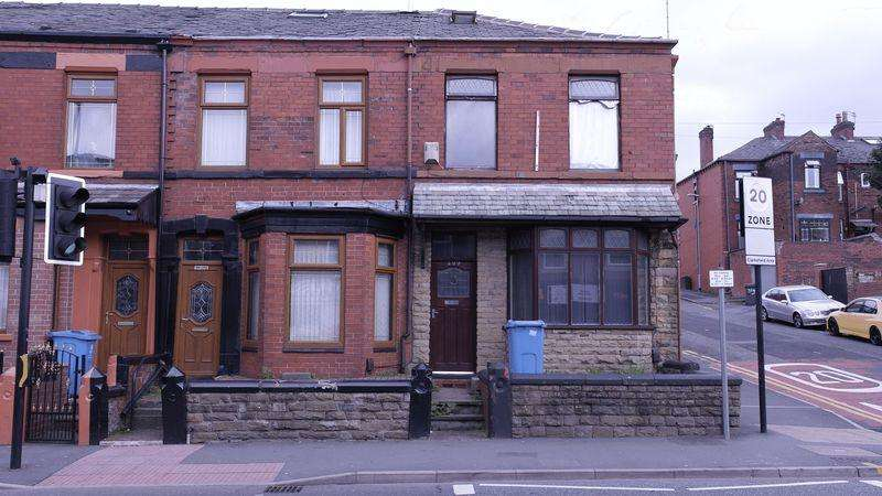 3 Bedrooms End Of Terrace House for sale in Lees Road, Oldham