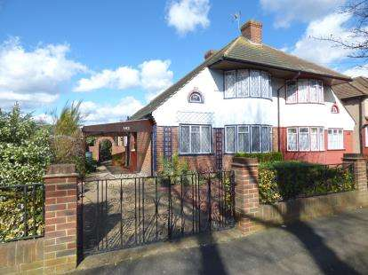 3 Bedrooms Bungalow for sale in Elm Park, Hornchurch