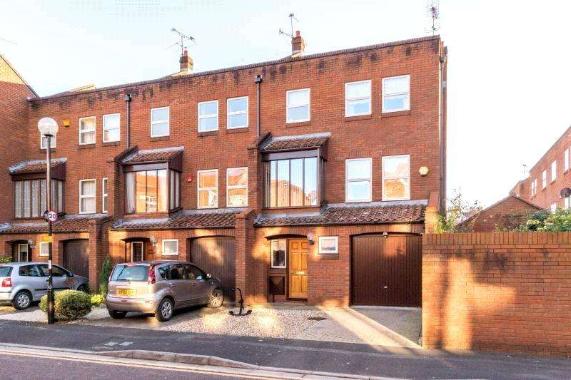 3 Bedrooms Semi Detached House for sale in Challoner Court, Bristol, BS1