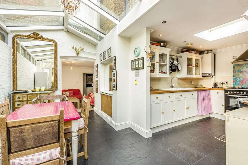 3 Bedrooms Ground Flat for sale in Clifton Avenue, Shepherds Bush, London, W12