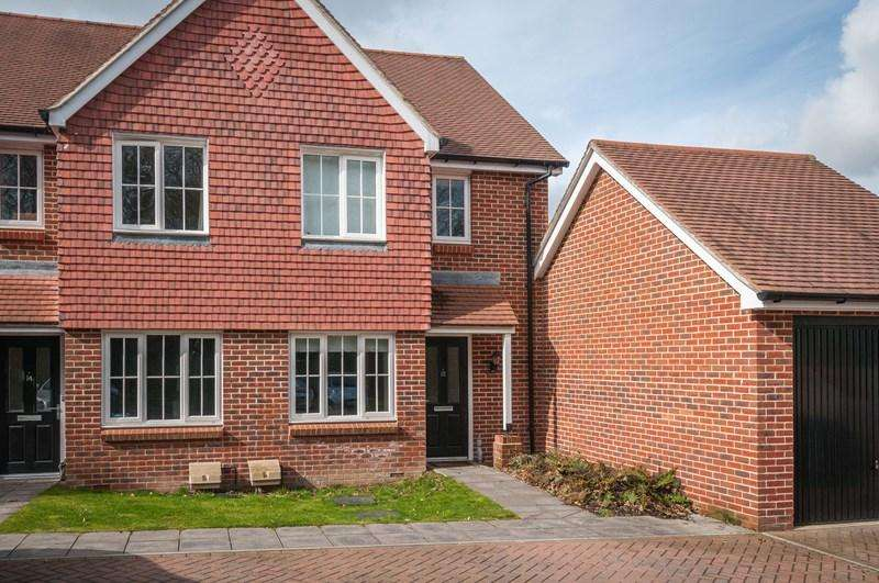 2 Bedrooms Semi Detached House for sale in The Spinney, Uckfield