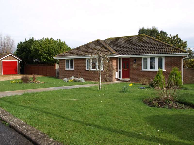 3 Bedrooms Bungalow for sale in Morton Road, Brading, PO36