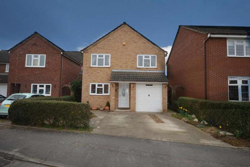 4 Bedrooms Detached House for sale in Calmore Close, Hornchurch, Essex, RM12
