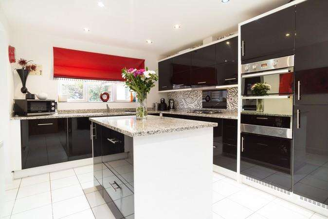 5 Bedrooms Detached House for sale in Raleigh Road, Yeovil
