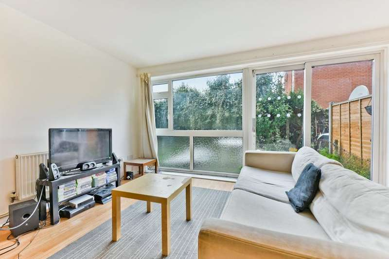 3 Bedrooms Flat for sale in Russell Road, London E16