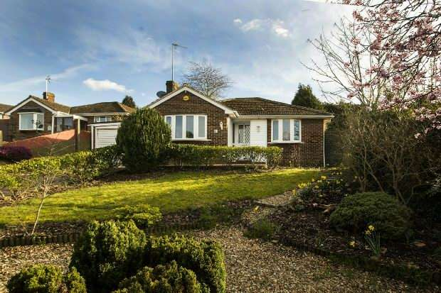 2 Bedrooms Detached Bungalow for sale in Shipton Close, Tilehurst, Reading,