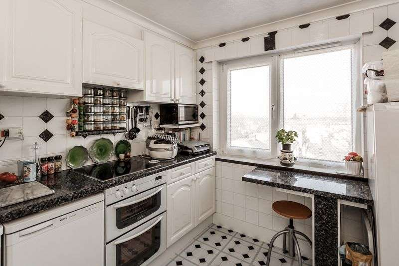 2 Bedrooms Flat for sale in Clarendon Road, Wallington