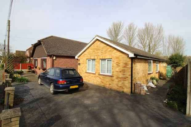 2 Bedrooms Detached Bungalow for sale in Cliffe Woods, Rochester, Kent, ME3 8JT