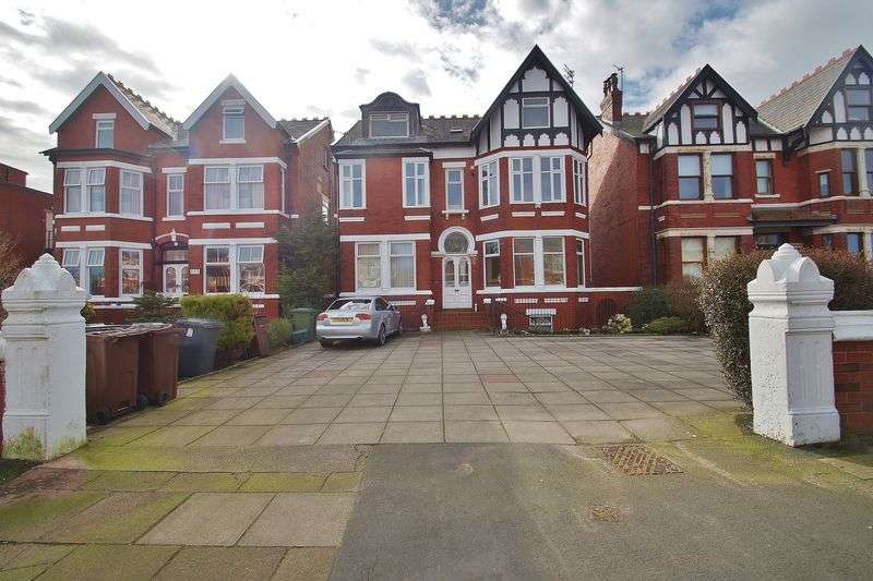 2 Bedrooms Flat for sale in Leyland Road, Southport
