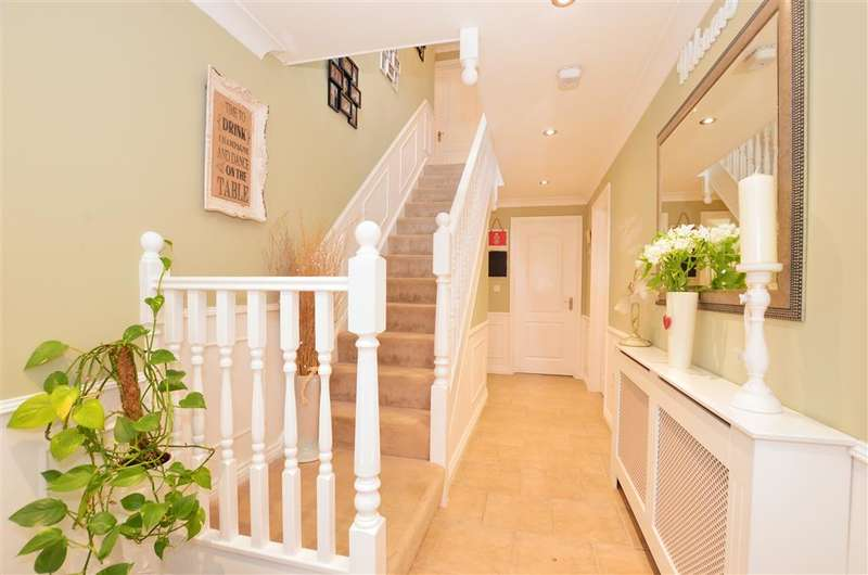 4 Bedrooms Detached House for sale in Bonehurst Road, Salfords, Surrey
