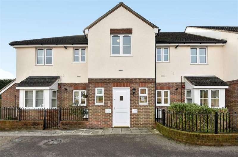 2 Bedrooms Flat for sale in Hunt Court, Marlow Road, Stokenchurch, High Wycombe, Buckinghamshire