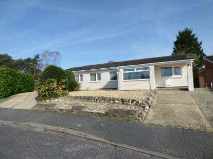 4 Bedrooms Bungalow for sale in St. Leonards, Ringwood
