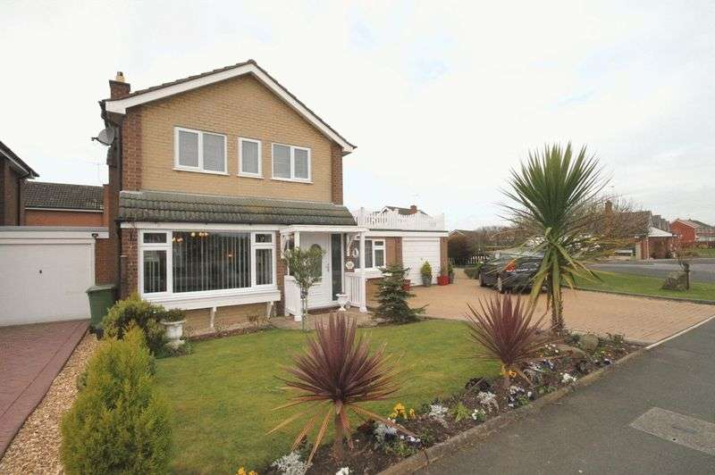 3 Bedrooms Detached House for sale in Farcroft Drive, Market Drayton