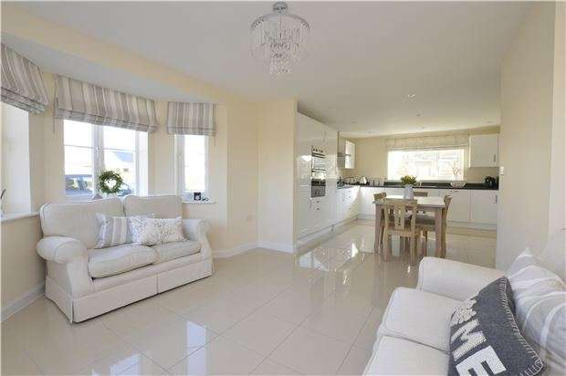 4 Bedrooms Detached House for sale in Little Grebe Road, GL52 8HP