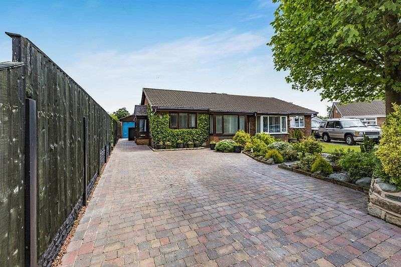 2 Bedrooms Bungalow for sale in Elmfield Drive, Bamber Bridge, Preston
