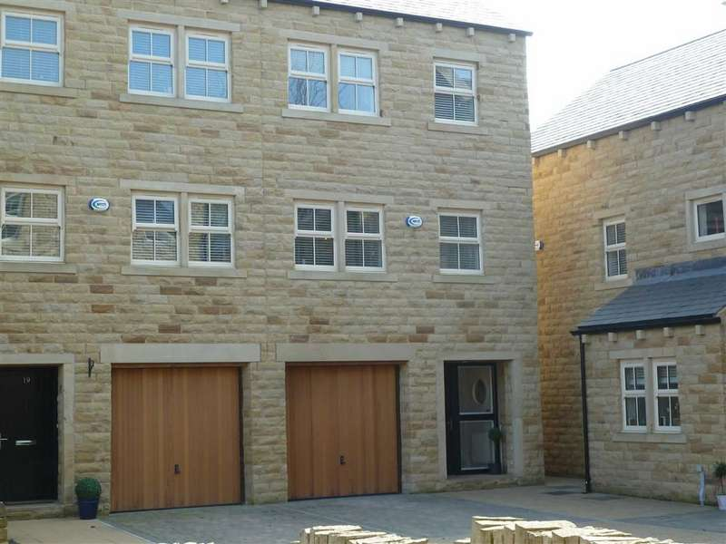 4 Bedrooms Property for sale in Bowler Way, Greenfield, SADDLEWORTH, OL3