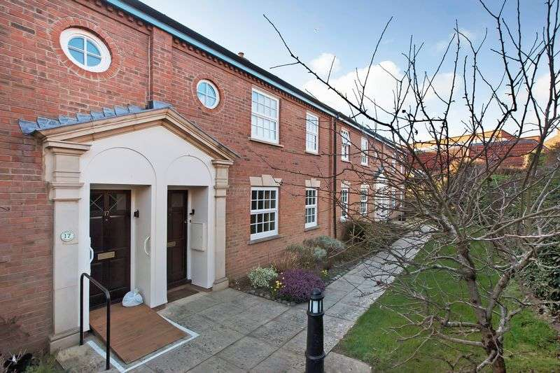2 Bedrooms Flat for sale in Eastgate Gardens