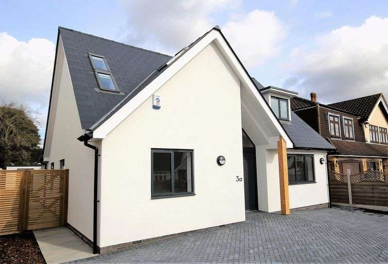 4 Bedrooms Detached House for sale in Poole Road, Hornchurch