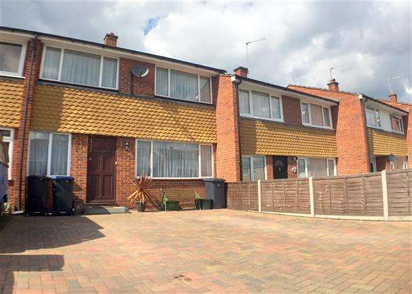 3 Bedrooms Terraced House for sale in Savay Close, Denham Green