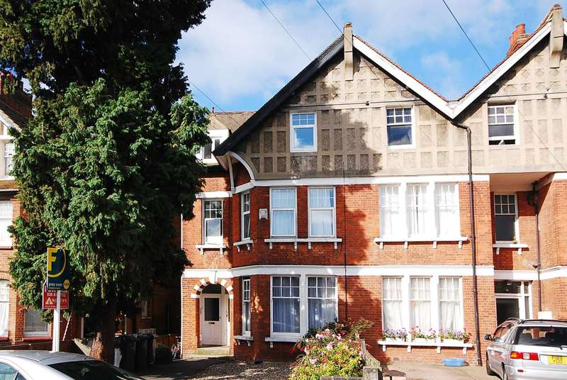 2 Bedrooms Flat for sale in Conyers Road, Streatham Park, SW16