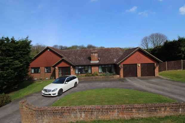 4 Bedrooms Detached Bungalow for sale in Harrow Road, Gillingham, Kent, ME7 3QA