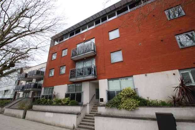 2 Bedrooms Flat for sale in Streatham High Road, London, Greater London, SW16 3NQ