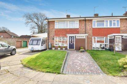 3 Bedrooms End Of Terrace House for sale in St. Giles Close, Farnborough