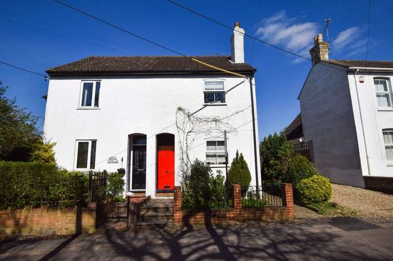 2 Bedrooms Semi Detached House for sale in College Road, Ash Vale