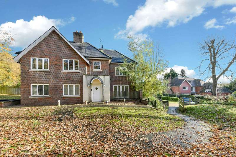 2 Bedrooms Flat for sale in Park Grove, Knotty Green, Beaconsfield