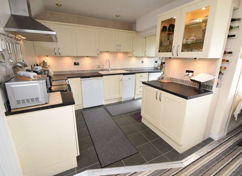 3 Bedrooms Semi Detached House for sale in Thornes Park, Shipley