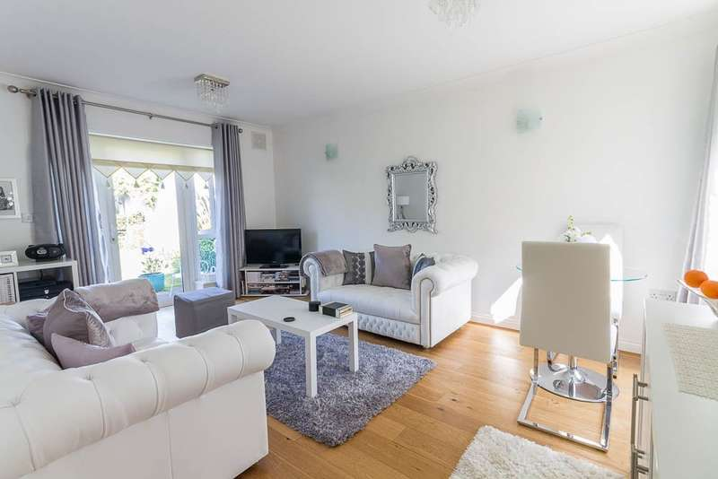 2 Bedrooms Bungalow for sale in Park Way, Feltham, TW14