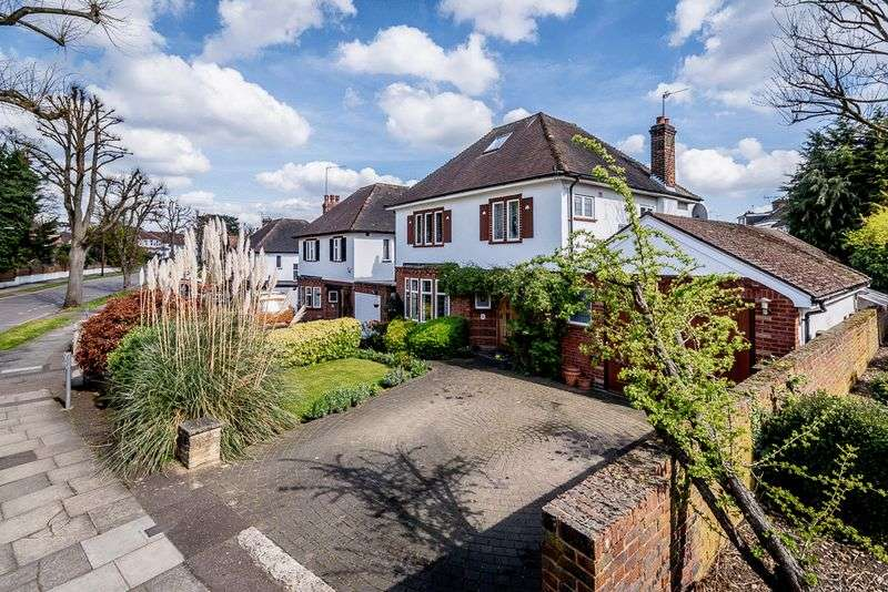 3 Bedrooms Detached House for sale in Friary Road, Finchely, N12
